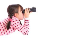 Ragazza con il binocolo fotografie stock