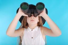 Ragazza con il binocolo che cerca lo spazio della copia Fotografie Stock Libere da Diritti
