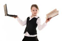Ragazza con il calcolatore ed il libro su priorità bassa bianca Immagini Stock