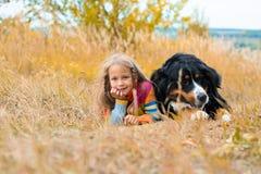 ragazza con il cane Berner Sennenhund fotografia stock