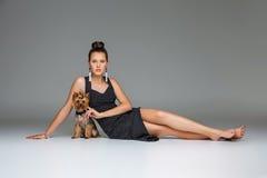 Ragazza con il cane del yorkie fotografie stock