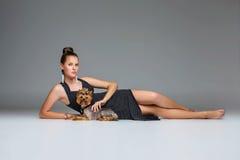 Ragazza con il cane del yorkie fotografie stock libere da diritti