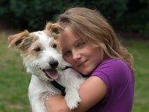 Ragazza con il cane di animale domestico Fotografia Stock