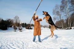 Ragazza con il cane di salto contro cielo blu Immagini Stock Libere da Diritti
