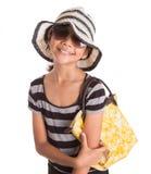 Ragazza con il cappello di estate, gli occhiali da sole e la borsa VI Fotografia Stock