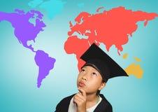 Ragazza con il cappello di graduazione davanti alla mappa di mondo variopinta Fotografia Stock
