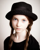 Ragazza con il cappello e le intrecciature Fotografie Stock Libere da Diritti