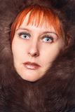 Ragazza con il cappotto di pelliccia. Ritratto dello studio fotografia stock