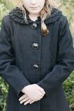 Ragazza con il cappotto nero fotografia stock
