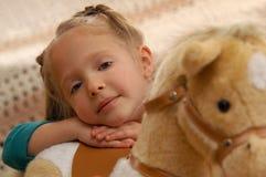 Ragazza con il cavallo del giocattolo Fotografie Stock Libere da Diritti
