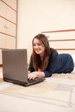 Ragazza con il computer portatile Immagine Stock