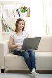 ragazza con il computer portatile Fotografia Stock Libera da Diritti