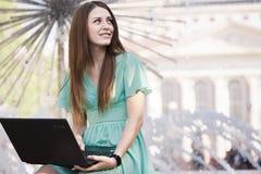 Ragazza con il computer portatile all'aperto Fotografia Stock Libera da Diritti