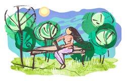 Ragazza con il computer portatile che si siede sul banco di legno in parco Fotografia Stock Libera da Diritti