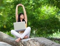 ragazza con il computer portatile nel parco Fotografia Stock
