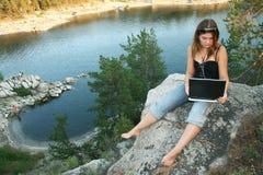 Ragazza con il computer portatile sopra all'aperto Immagine Stock Libera da Diritti