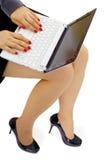 Ragazza con il computer portatile sul giro Fotografia Stock