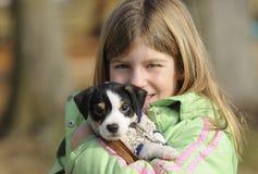 Ragazza con il cucciolo Fotografie Stock Libere da Diritti