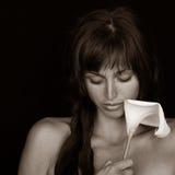 Ragazza con il fiore del Calla Fotografia Stock