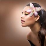 Ragazza con il fiore dell'orchidea fotografie stock