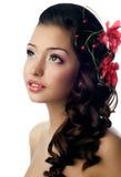 Ragazza con il fiore in suoi capelli Fotografie Stock
