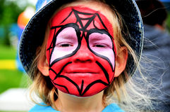 Ragazza con il fronte dipinto dello Spiderman Immagini Stock Libere da Diritti