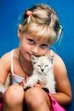 Ragazza con il gattino fotografie stock libere da diritti