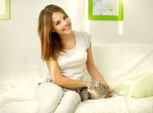 Ragazza con il gatto Fotografie Stock