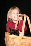 Ragazza con il gatto in cestino Immagini Stock Libere da Diritti