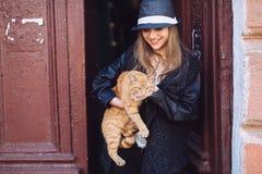 Ragazza con il gatto rosso Immagine Stock Libera da Diritti