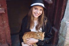 Ragazza con il gatto rosso Immagini Stock Libere da Diritti