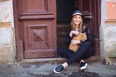 Ragazza con il gatto rosso Fotografie Stock Libere da Diritti