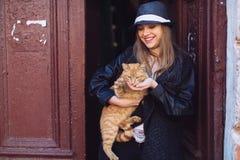 Ragazza con il gatto rosso Fotografia Stock Libera da Diritti