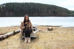 Ragazza con il gatto sul calcio dal lago congelato fotografia stock