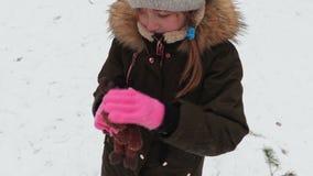 Ragazza con il giocattolo molle nell'inverno stock footage