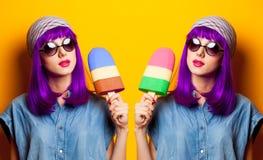 Ragazza con il giocattolo porpora del gelato e dei capelli Immagini Stock