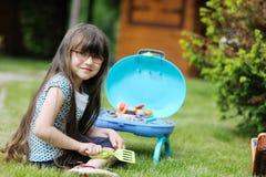 Ragazza con il gioco lungo dei capelli con il giocattolo Fotografia Stock