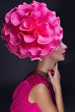 Ragazza con il grande fiore sulla testa fotografia stock