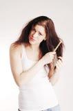 Ragazza con il hairbrush, problemi dei capelli fotografia stock libera da diritti