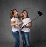 Ragazza con il katana pronto ad attaccare fotografia stock libera da diritti
