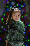 Ragazza con il lamé di Natale intorno lei Fotografie Stock