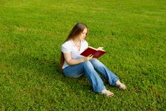 Ragazza con il libro immagine stock