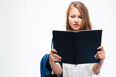 Ragazza con il libro di lettura dello zaino Immagini Stock Libere da Diritti