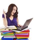 Ragazza con il libro ed il computer portatile di colore della pila. Fotografia Stock Libera da Diritti