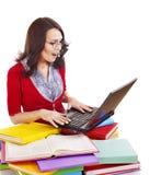 Ragazza con il libro ed il computer portatile di colore della pila. Fotografie Stock
