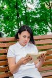 Ragazza con il libro, studiante Fotografie Stock