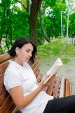 Ragazza con il libro, studiante Fotografia Stock Libera da Diritti
