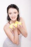 Ragazza con il limone fotografie stock libere da diritti