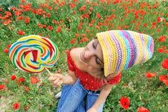 Ragazza con il lollipop variopinto Fotografia Stock