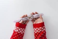 Ragazza con il maglione di natale fotografia stock libera da diritti
